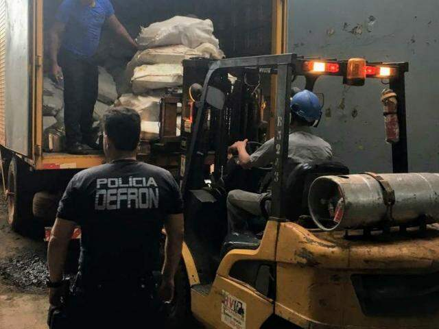 Policial da Defron acompanha descarregamento de droga em forno de indústria para incineração (Foto: Divulgação)
