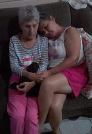 Carolina e a filha, Fátima Ricci sentadas juntinhas no sofá (Foto: Arquivo pessoal)