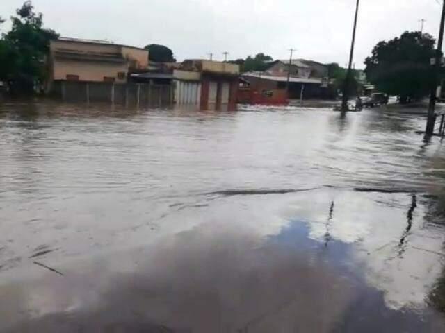 """Rua Taquari esquina com a Rua Leônidas de Matos virou """"rio"""", no Santo Antônio. (Foto: Direto das Ruas)"""