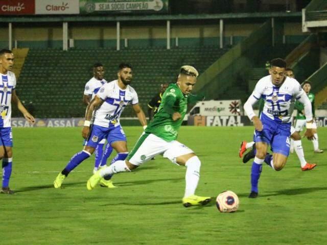 Lance do jogo desta noite em Campinas. (Foto: David Oliveira/ Guarani FC)
