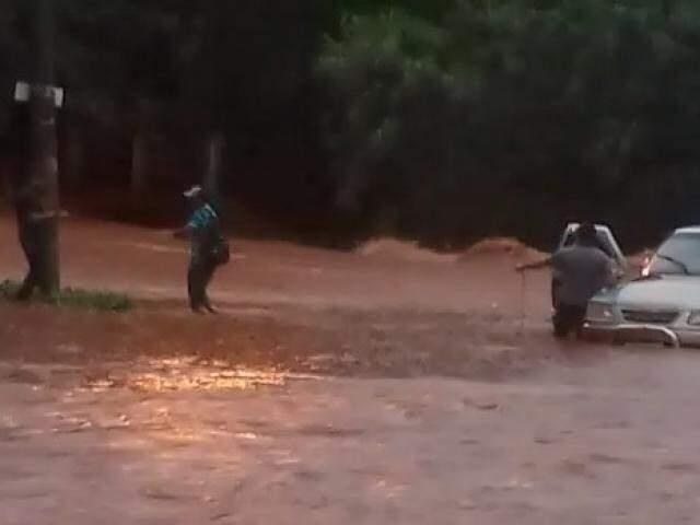 Resgate de condutores ilhados em enchente na Mata do Segredo. (Foto: Direto das Ruas)