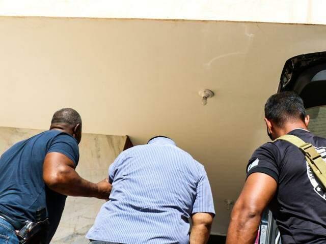 Dentista foi preso na Vila Sobrinho e encaminhado à delegacia. (Foto: Henrique Kawaminami)