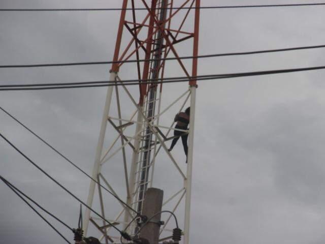 Momento em que mulher ameaçava se jogar da torre. (Foto: Adilson Domingos)