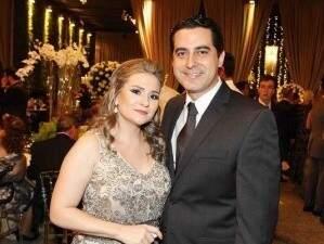 A advogada Emanuelle e o juiz Aldo durante festa.
