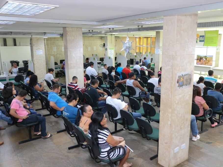 Trabalhadores aguardam atendimento no saguão da Funtrab (Foto: Marcos Maluf/Arquivo)