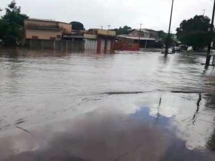 Chuva de 1h faz rua virar rio no Santo Antônio e moradores ficam ilhados