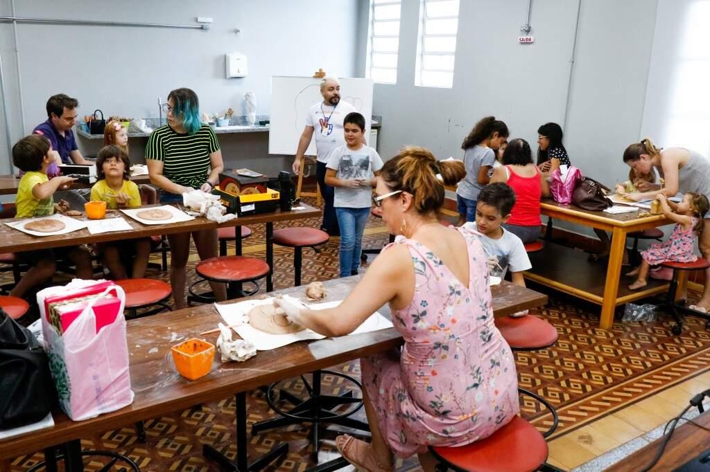 Os participantes da oficina de modelagem na sala de aula. (Foto: Hennrique Kawaminami)