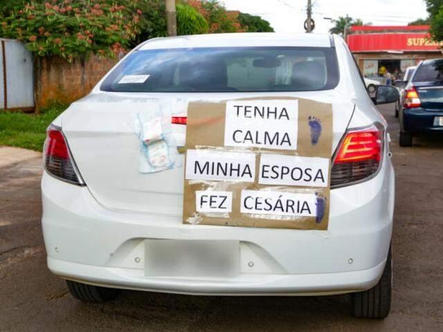 Aviso foi feito e colocado pelo pai para avisar aos motoristas que ali um carro andaria devagar. (Foto: Kísie Ainoã)