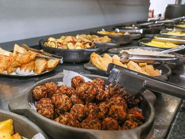 Buffet completo com pratos quentes saborosos.  (Foto: Divulgação)