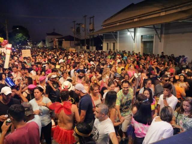Foliões lotaram espaço da Esplanada Ferroviária de Campo Grande. (Foto: Kísie Ainoã)