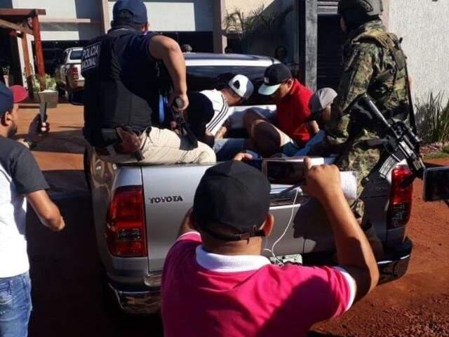 Pistoleiros sendo levados pela polícia durante operação que desarticulou parte da quadrilha do narcotraficante Minotauro (Foto: 780AM)