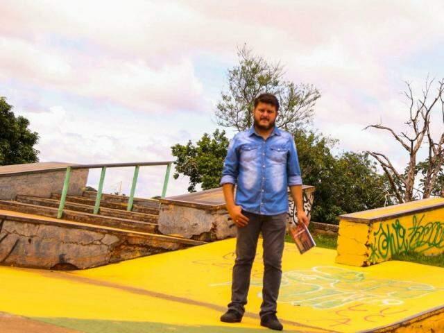 """Victor Valdes segurando o seu primeiro livro lançado """"Fata Morgana"""". (Foto: Divulgação)"""