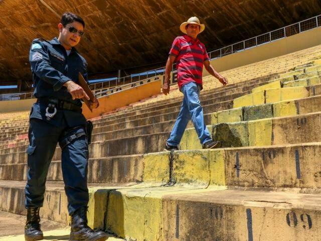 Policiais militares fiscalizaram correções na arquibancada durante visita (Foto: Henrique Kawaminami)