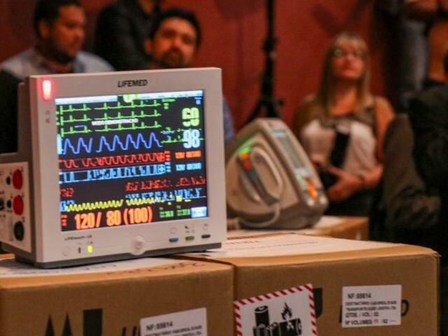 Foram entregues 52 monitores de sinais vitais (Foto: Henrique Kawaminami)