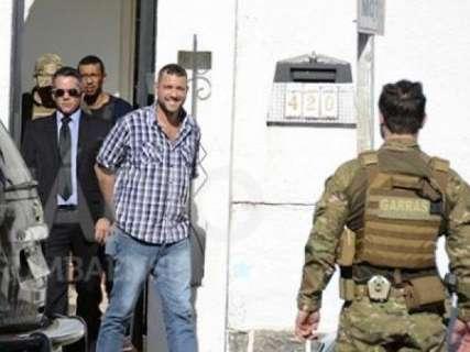 Pego com celular na cela, delegado preso por assassinato é transferido