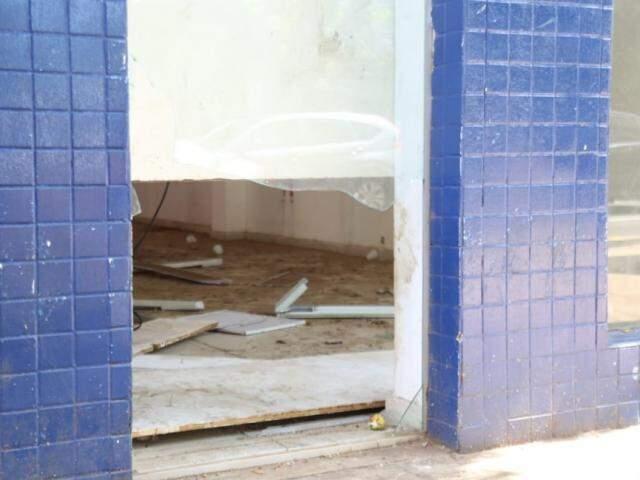Vidros espalhados onde um dos homens se feriu ao tentar fuga (Foto: Marcos Maluf)