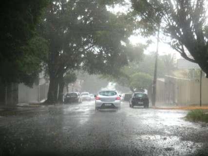 Chuva forte chega acompanhada de ventania em Campo Grande