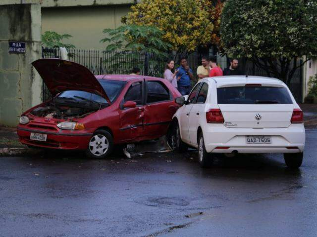 Acidente entre Pálio e Gol no cruzamento das ruas Hebert Moses e Planalto (Foto: Kísie Ainoã)
