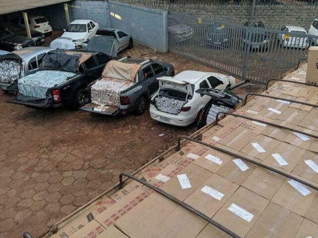 Veículos carregados com o contrabando encontrado na chácara. (Foto: Divulgação/DOF)
