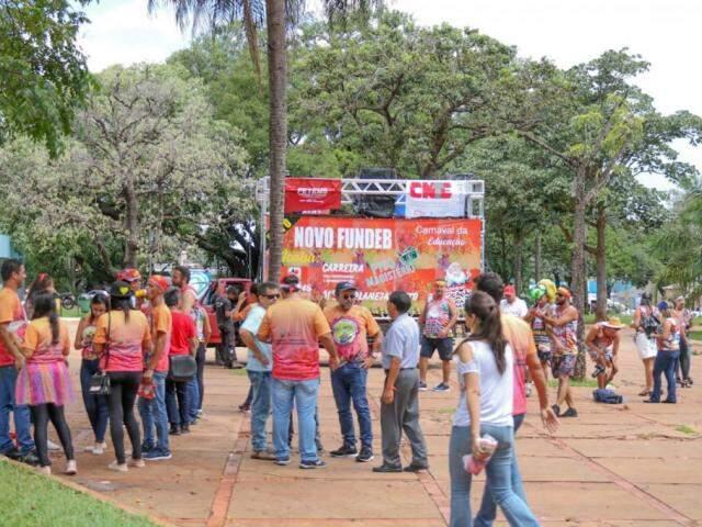 Professores durante mobilização na Praça do Rádio (Foto: Silas Lima)
