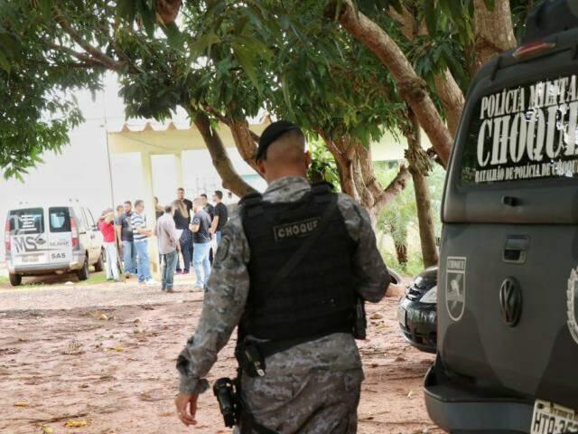 Batalhão do Choque da PM está na Unei Dom Bosco desde cedo (Foto: Henrique Kawaminami)