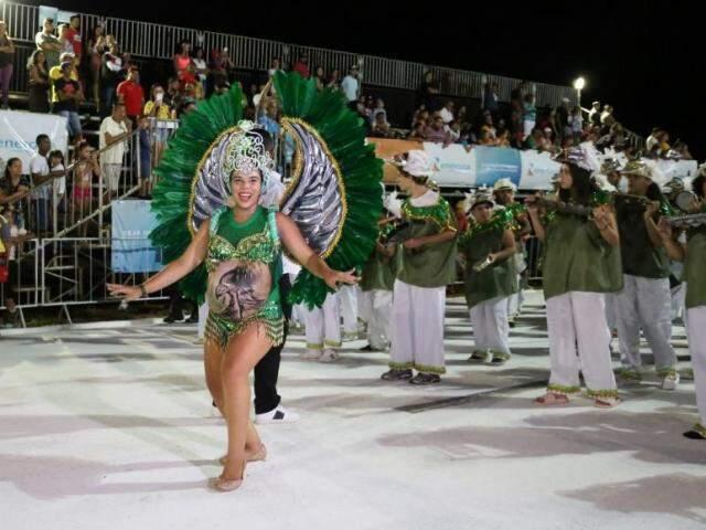 Eliza está no nono mês de gestação e não abriu mão de desfilar pela escola de samba Unidos do Aero Rancho. (Foto: Paulo Francis)