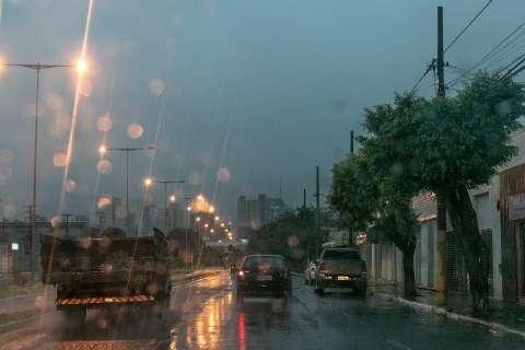 Pelo menos 14 bairros ficam sem energia após chuva, ventania e raios