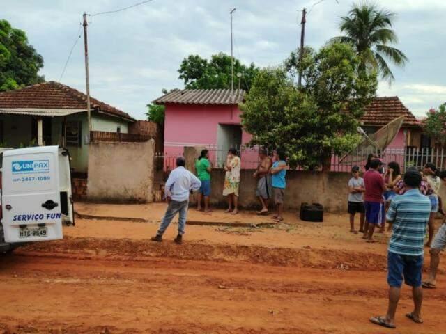 Moradores em frente à casa onde mulher foi morta pelo namorado, no distrito de Culturama (Foto: Adilson Domingos)