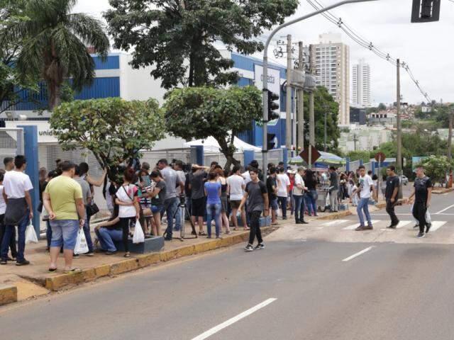 Estudantes aguardam abertura de portão em universidade da Capital (Foto: Kísie Ainoã)