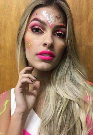 Mix de neon e glitter são a cara do Carnaval. (Foto: Makes da Luna)
