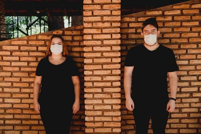 Se o assunto é Coronavírus até ensaio de fotos tem casal de máscara