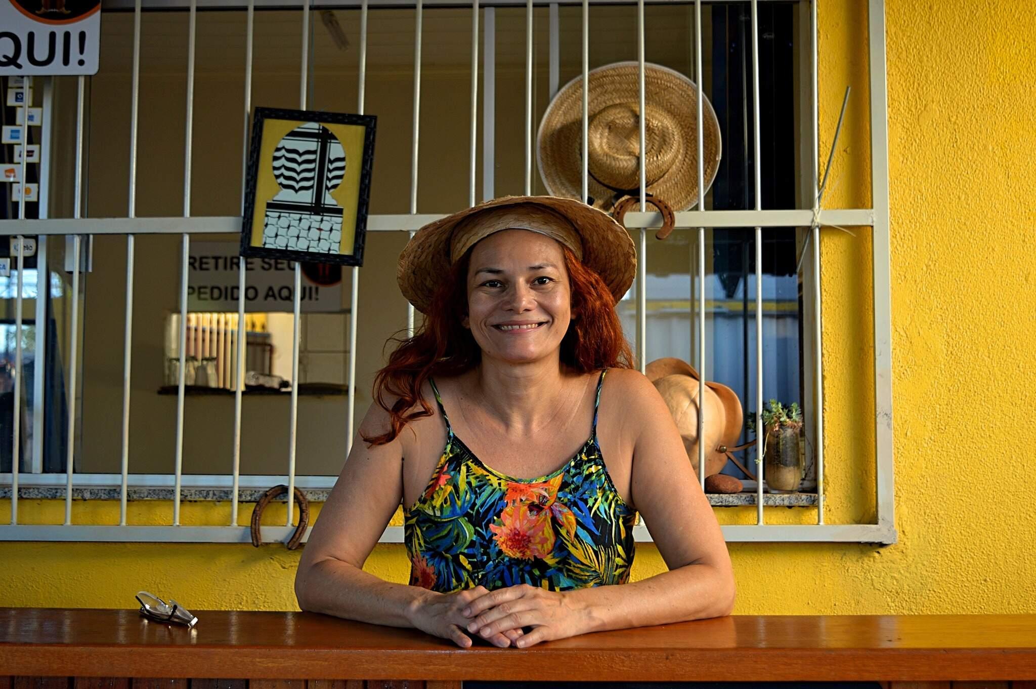 Andrea da Mata trabalha na hamburgueria. (Foto: Alana Portela)