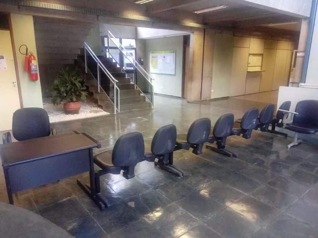 Cadeiras foram colocadas na recepção para restringir acesso. (Foto: Leonardo Rocha)