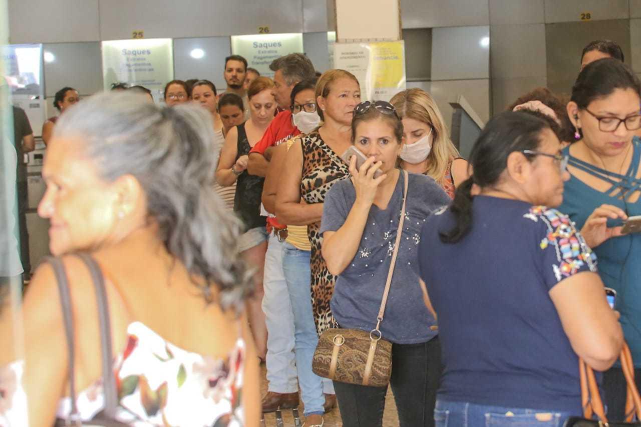 Agência bancária na Afonso Pena ficou lotada ontem. (Foto: Marcos Maluf)