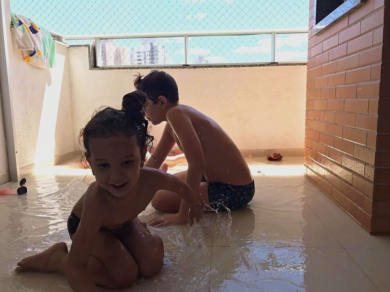 Maria Flor e João Pedro brincando na sacada. (Foto: Arquivo pessoal)