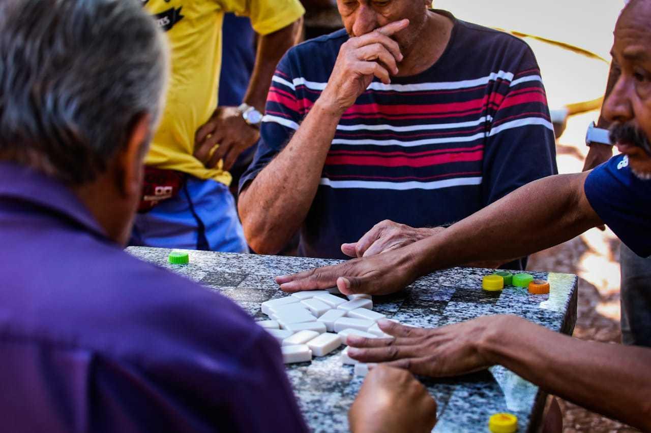 Mão no rosto e aglomeração de pessoas do grupo de risco, cenário que contraria todas as recomendações de saúde (Foto: Marcos Malfu)