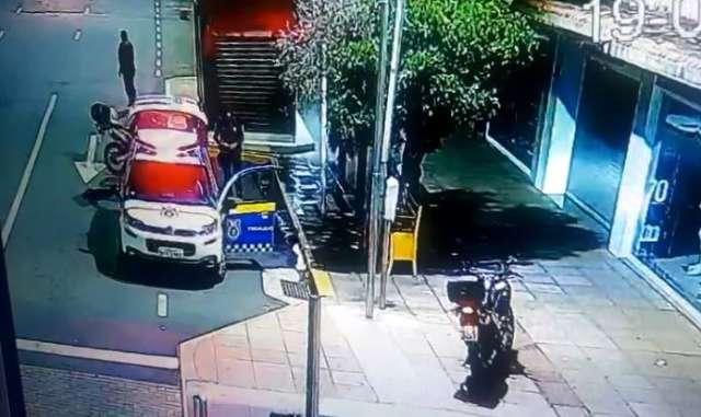 Flagrado por câmeras, jovem é preso com tênis e roupas furtadas de loja