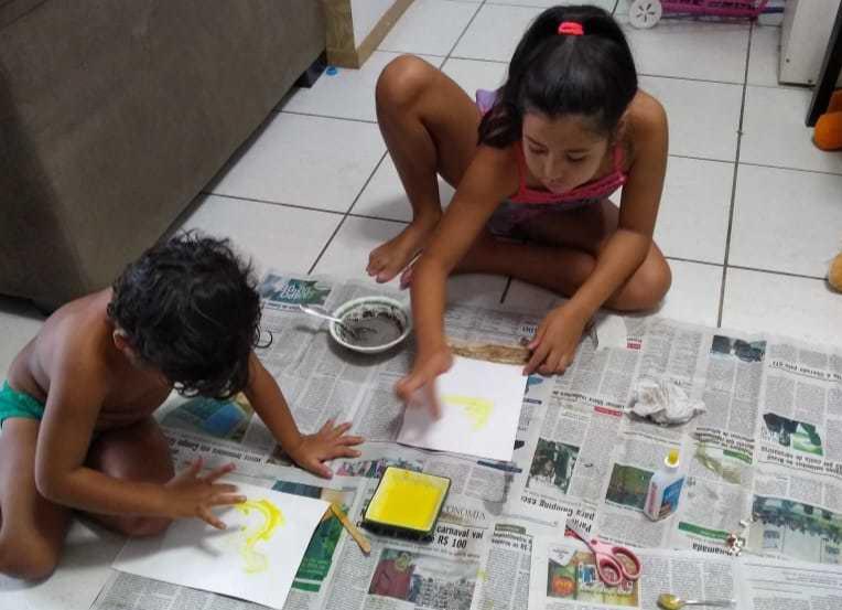 Crianças de Rogério Sandim brincam de pintar na sala de apartamento (Foto: Arquivo Pessoal)