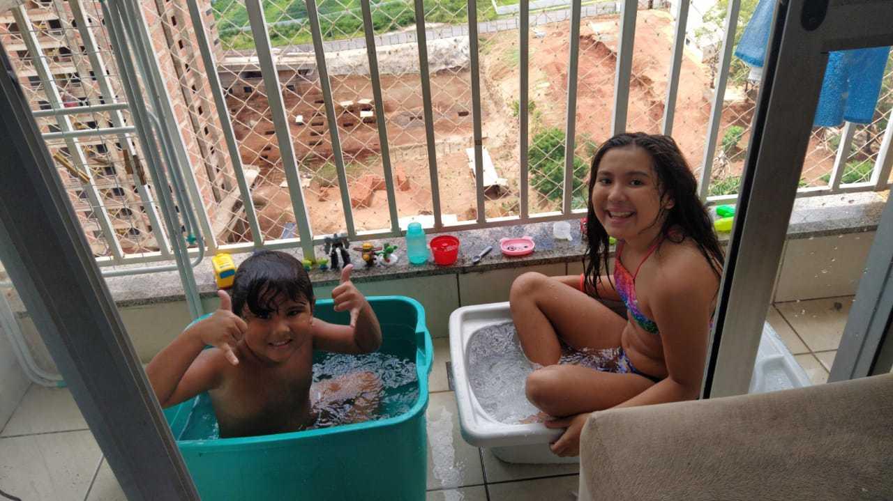 Morador de edifício no Bairro São Francisco improvisou piscina na sacadinha para entreter os filhos (Foto: Arquivo pessoal)