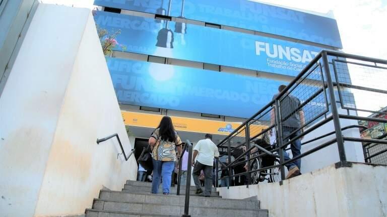 Pessoas chegando ao prédio da Funsat, uma das agências de emprego da Capital (Foto: Divulgação/`PMCG)