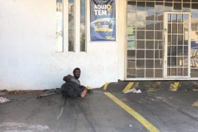 Na Eernesto Geisel, morador de rua dorme em estacionamento de empresa. (Foto: Direto das Ruas)