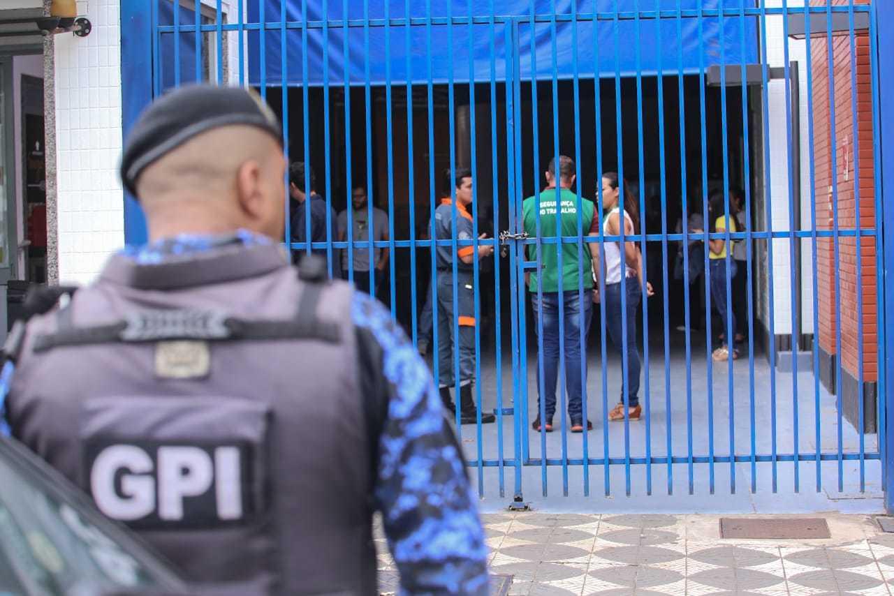 Call center da Oi chegou a ser interditado pela Vigilância Sanitária porque mantinha funcionários trabalhando normalmente (Foto: Marcos Maluf)