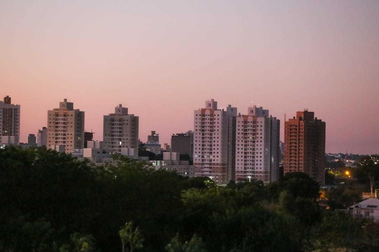 Dia amanhece com céu em rosa degradê em Campo Grande (Foto: Marcos Maluf)