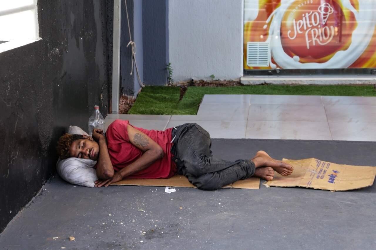 Jiovane, de apenas 22 anos, dorme em calçada de comércio na Avenida Afonso Pena (Foto: Kísie Ainoã)