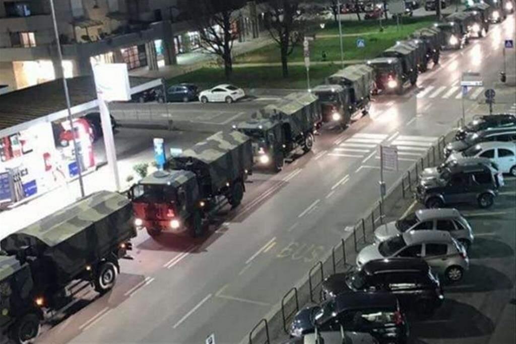 Caminhões do exército transportam caixões levando corpos de Bergamo para Modena e Bologna. Não há mais como nem onde enterrar vítimas do coronavírus. (Foto: Reprodução/Jornal Avvenire)