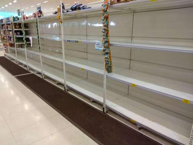 Prateleiras de supermercado ficam vazias mesmo com limites