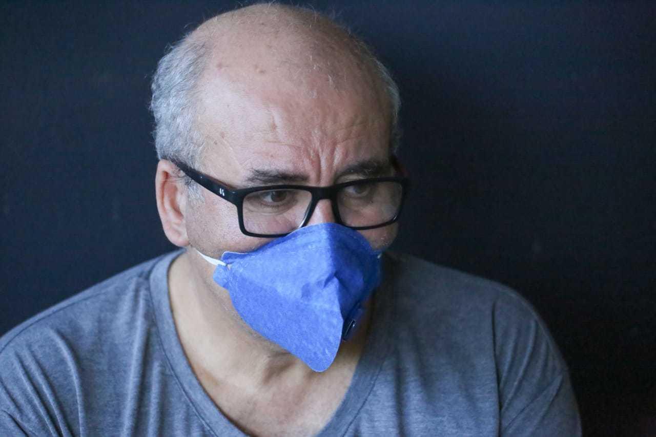 De máscara, Ademir diz não se lembrar de um momento assim (Foto: Marcos Maluf)