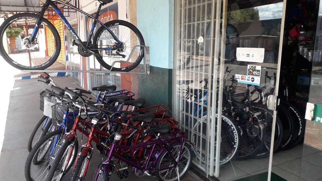 Loja de bicicletas no Aero Rancho também estava com as portas abertas (Foto: Direto das Ruas)