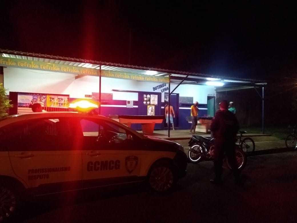 Guardas em frente ao bar denunciada pela moradora. (Foto: Direto das Ruas)