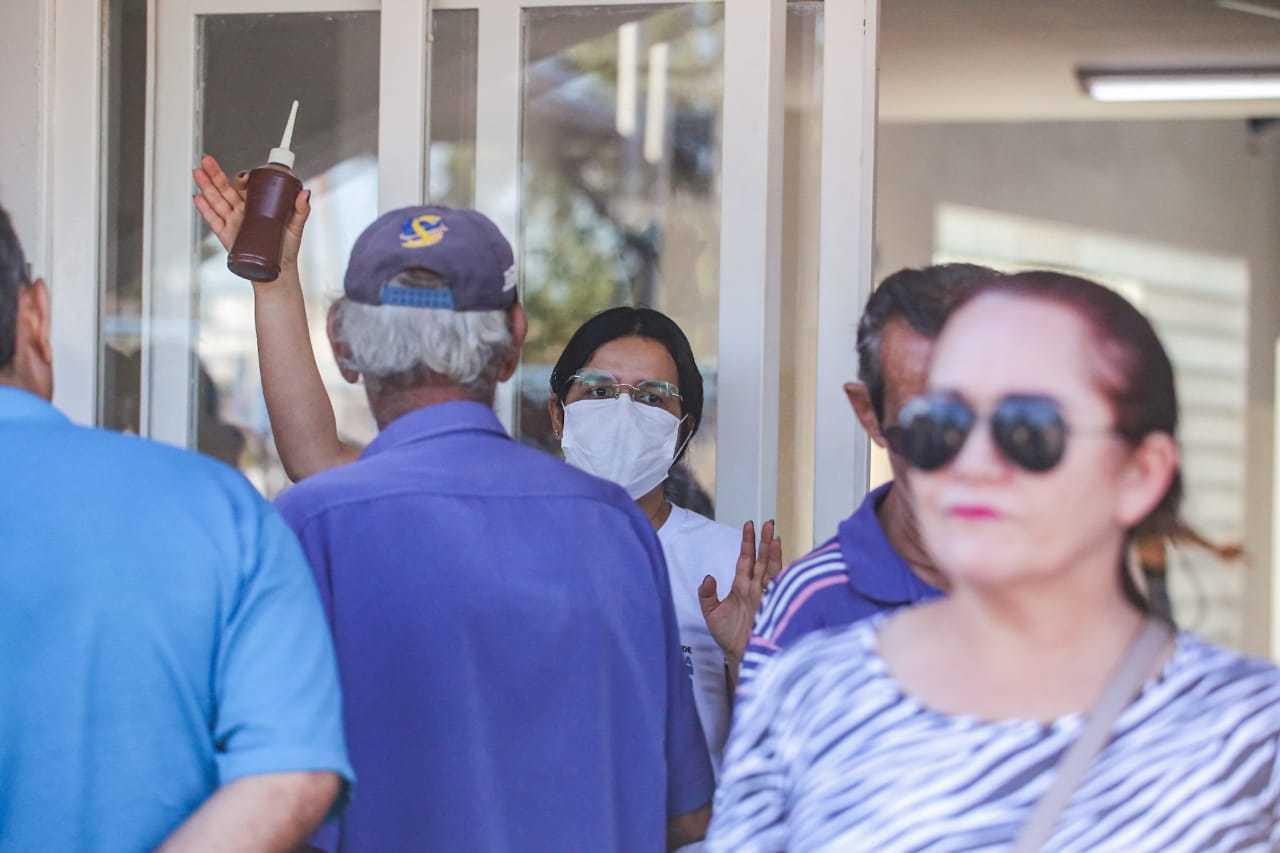 Profissional da enfermagem organiza pacientes durante pandemia do novo coronavírus (Foto: Marcos Maluf)
